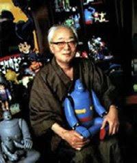 Mitsuteru Yokoyama sylissään pienikokoinen Tetsujin 28.