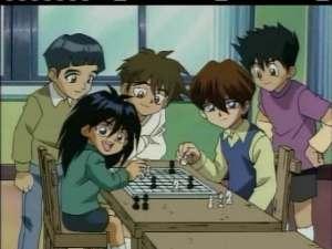 """Kaiban veljekset, Mokuba ja Seto, pelamassa shakkia orpokodissa. Mokuban sanojen mukaan Kaiba hymyili tuolloin viimeistä kertaa. Kuva on animesta """"Yu-Gi-Oh! Duel Monsters"""""""